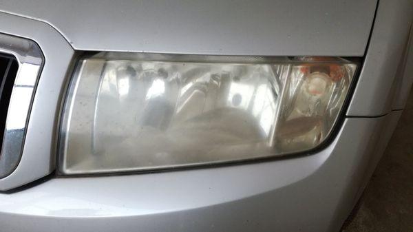 Detailingové služby - Renovace-světlometů-světlomet-před-renovací-a-leštěním