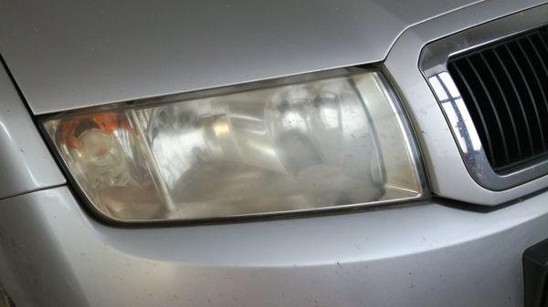 Detailingové služby - Renovace-světlometů-světlomet-před-renovací